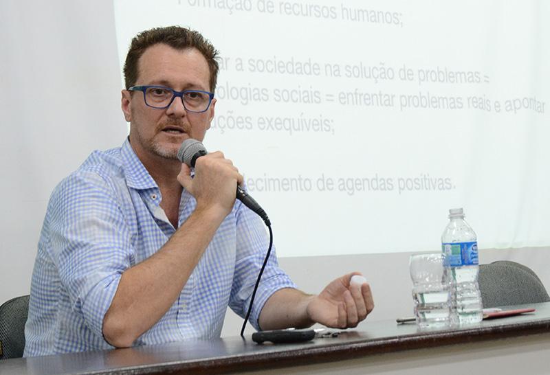 A comunicação precisa nos ajudar a olhar para a crise hoje, conta Professor Edson Dalmonte